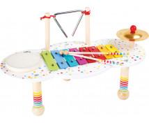 [Stôl s hudobnými nástrojmi]