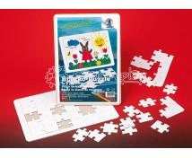 [Bílý kartón s vyseknutými tvary na puzzle]