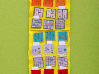 Jeden den – jedna hádanka – matematický kalendář