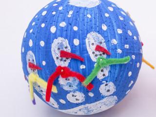 Snehuliakova vianočná guľa